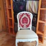 scaun tapitat aalb cu bej design deosebit lemn